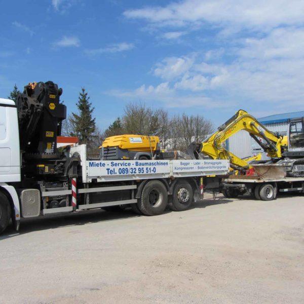 Kettenbagger auf Ladefläche eines LKWs zum Transport