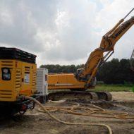 großer Kettenbagger auf Baustellengelände