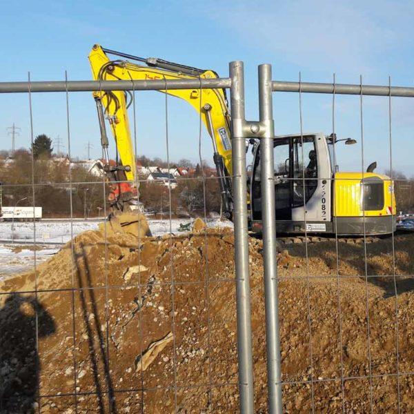 Kettenbagger auf winterlichen Baustelle