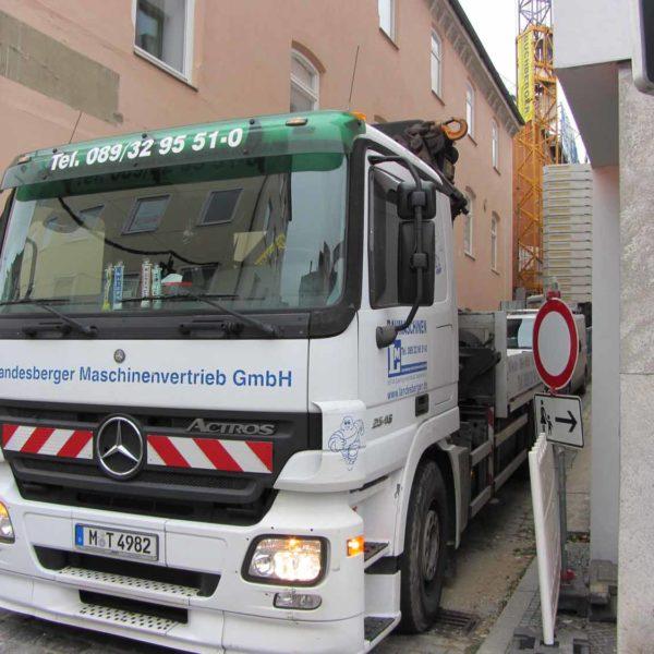 LKW von Landeberger Maschinenvertrieb in enger Gasse