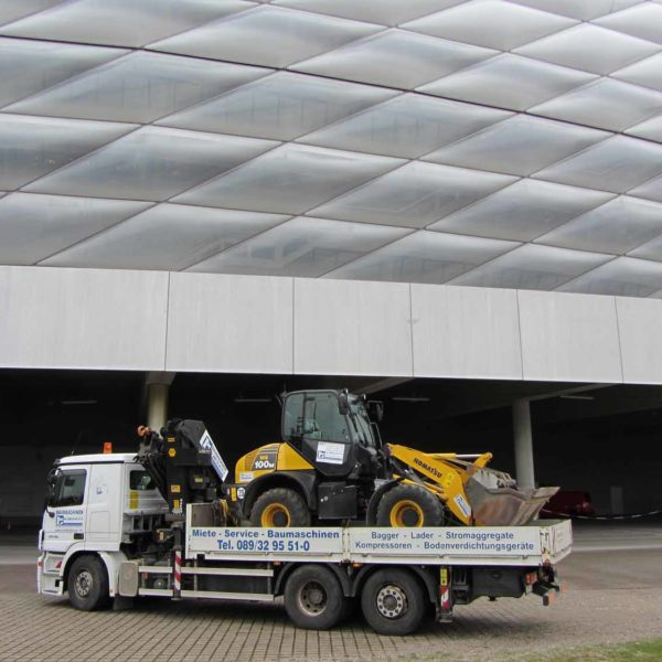 Transport von Bagger zur Allianz Arena durch Landesberger