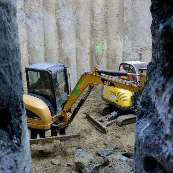 Baumaschinen in Aktion auf Baustelle