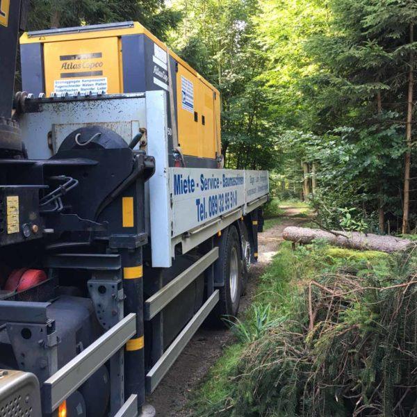 Transport von Baumaschinen auf LKW der Firma Landesberger